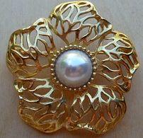 Bro-407 Broche Ajourée Métal Doré Sertie D'une Perle Centrale - Jewels & Clocks