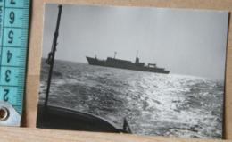 MONDOSORPRESA, FOTOGRAFIA D' EPOCA,1967, MARINA DI RAVENNA, PANORAMA DI UNA NAVE DI PASSAGGIO DALLA NAVE - Barche