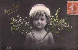 """CARTE FANTAISIE.  CPA GAUFRÉE . """"JOYEUX NOEL"""". ENFANT AVEC DES BRANCHES DE GUI . ANNÉE 1910 + TEXTE - Unclassified"""