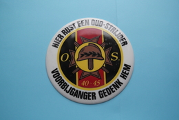 HIER RUST EEN OUD-STRIJDER 40-45 ( Voorbijganger Gedenk Hem ) Bord / Plaque +/- 14,5 Cm. Plâtre / Plaaster (zie Foto) ! - 1939-45