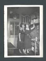 Photo Ancienne Femmes Des Années 30 Women Of The 30s Dans Une Bibliothèque Library MODE D'AUTREFOIS  Fashion Vintage - Pin-ups