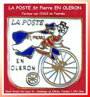 SUPER PIN'S POSTE - CYCLES : FACTEUR En Tournée à St PIERRE En OLERON, émail Grand Feu Base Or, Challenge OERON 1,9X1,9 - Correo