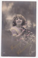AK34 Children - Young Girl On A Christmas Card - Children And Family Groups