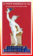 SUPER PIN'S POSTE - PTT : La POSTE Du 16em Arrondissement De MARSEILLE, Statue , Nu Tenant LOGO Dans Sa Main 3,4X2,1cm - Correo