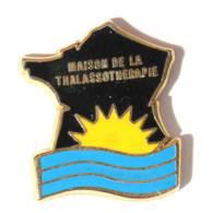 Pin's MAISON DE LA THALASSOTHERAPIE - Carte De France - Soleil Et Mer - Zamac - Courtois - I400 - Marcas Registradas
