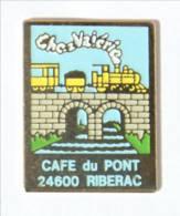 Pin's CHEZ VALERIE - CAFE DU PONT 24600 RIBERAC - Train à Vapeur Sur Un Pont De Pierre - Espace 3C - I415 - Marcas Registradas
