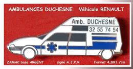 SUPER PIN'S RENAULT - MEDICAL : AMBULANCES DUCHESNE Avec Véhicule RENAULT En ZAMAC Base ARGENT  4,8X1,7cm - Renault
