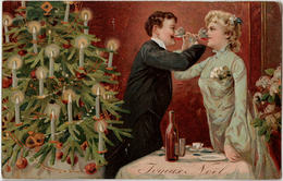 Carte Gauffrée - Joyeux Noël - Couple Buvant Un Verre De Vin, Sapin,bougies - Kerstmis