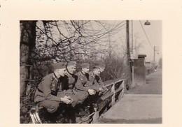 Foto 5 Deutsche Soldaten Auf Brückengeländer - 2. WK - 5,5*4cm (42593) - Krieg, Militär
