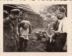 Foto Deutsche Soldaten Beim Schlachten Und Kochen - Feldküche - 2. WK - 5,5*4cm (42596) - Krieg, Militär
