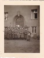 Foto Gruppe Deutsche Soldaten In Wintermänteln - 2. WK - 5,5*4cm (42598) - Krieg, Militär
