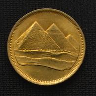 Egypt 5 Piastres (Large Denomination) 1984. Coin Km622.1 - Suriname 1975 - ...