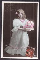 CPA Enfant Jolie Fillette élégante Aux Cheveux Bouclés Gauffrés Dans Robe Longue En Dentelle - Pretty Girl Photo - Portraits