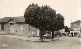 79. CPSM. SOUCHE.  La Mairie, Café Matza, Voitures Anciennes Peugeot, Simca, 1962. - France