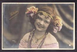 CPA Enfant Artiste Liliane Fillette Coiffée Habillée Avec élégance Dans Un Costume De Scène Art Nouveau - Pretty Girl - Ritratti