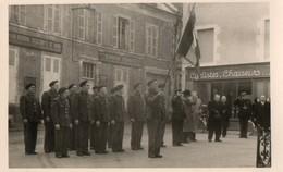 Carte Photo 15 X 9 Cms.  Cérémonie Militaire Dans L'Indre Devant La Banque Hervet. - Guerre, Militaire