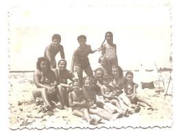Photo Originale , Enfants Et Femmes En Maillot De Bain , Dim. 9.0 X 6.0 Cm . - Personas Anónimos