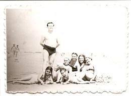Photo Originale , Famille Sur La Plage , Dim. 9.0 X 6.0 Cm - Personas Anónimos