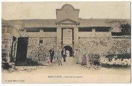 66 Mont-Louis 1911 RARE Porte De La Caserne Colorisée Animée  éditeur A.Ques Prades Dos Scanné - Autres Communes