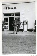 Photo D'un Homme Posant Devant Un Garage Avec De Vieille Pompe A Essence - Personnes Anonymes