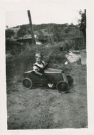 Snapshot 3 Aout 1944 Enfant Avec Jouet Voiture à Pédales Toy Car Young Boy - Automobili