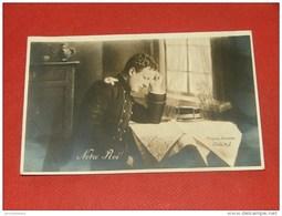 """FAMILLES ROYALES -   BELGIQUE -   """" Notre Roi """"  - Le Roi Albert I Lisant Une Carte Militaire - Familles Royales"""