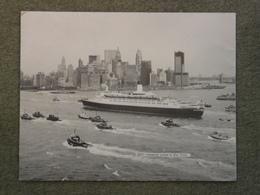 "CUNARD LINE QUEEN ELIZABETH 2 (QE2) ARRIVING AT NEW YORK. 9 X 7"" - Steamers"
