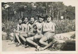 Snapshot Jeune Filles Assises En Maillots De Bain Young Girls Swimming Suit - Personnes Anonymes