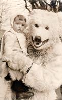 Carte Photo Originale Déguisement & Eisbär, Ours Blanc Polaire Tenant Dans Un Jeune Enfant Dans Ses Bras - Gros Plan ! - Anonymous Persons