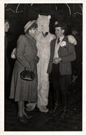 Carte Photo Originale Déguisement & Eisbär, Ours Blanc Polaire Au Nez Pointu & Couple Amoureux Vers 1940 - Anonymous Persons