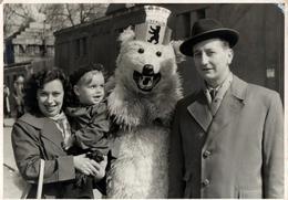 Carte Photo Originale Déguisement & Eisbär, Ours Blanc Polaire Et Portrait De Famille à Berlin Vers 1950/60 - Anonymous Persons
