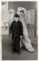 Carte Photo Originale Déguisement & Eisbär, Grand Méchant Ours Blanc Polaire Qui Fait Peur Au Gamin Rieur ! 1950's - Anonymous Persons
