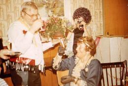 Photo Couleur Originale Femme Photographe Amateur Pour Frisettes Et Soirée Alcoolisée Entre Copains Déguisés En 1983 - Personnes Anonymes