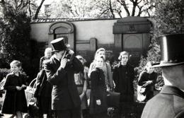 Photo Originale Jeune Photographe Amateur En Chapeau Haut De Forme à La Sortie De L'école Des Filles Vers 1940 - Personnes Anonymes
