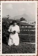 Photo Originale Jeune Femme Photographe Amateur à Genoux Avec Son Brownie Ou Pas Vers 1940 - Personnes Anonymes