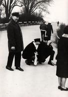 Photo Originale Photographe Amateur Accroupi Pour La Meilleure Prise Secondé Par Un Frère Et Un Père En 1969 - Personnes Anonymes