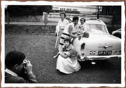 Amusante Photo Originale Photographe Amateur Photographié En Train De Photographier Sa Famille Sur Son Auto Vers 1960 - Personnes Anonymes