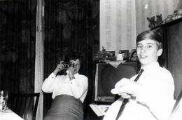 Amusante Photo Originale Photographe Amateur Photographié Au Salon Duel De Photographes Et Arbitre 1970's - Personnes Anonymes