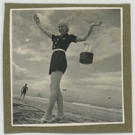 Snapshot. Contre-plongée. Une Femme Joyeuse En Vacances. Plage. Pêche à Pied. Beau Portrait. - Photos