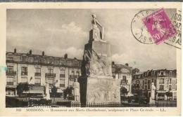 Cpa 02 Soissons - Le Monument Aux Morts Et Place Centrale , écrite - Soissons
