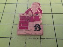 713J Pin's Pins / Beau Et Rare : THEME : NOEL / PERE NOEL ACCOUDE A UNE CHEMINEE - Noël