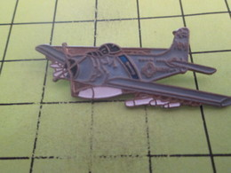 718A Pin's Pins / Beau Et Rare : THEME : AVIATION  / AVION US NAVY SKYRAIDER Sur Le Point De Commettre Des Crimes De Gue - Avions