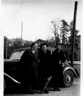 Photo De Trois Femmes Posant Devant Une Voiture ( Une Traction Avant De Chez Citroen ) - Persone Anonimi