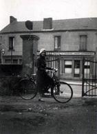 """Photo Originale Vélo, Cycliste Et Cyclisme, Jeune Femme Au Béret Blanc à Vélo En 02/1936 Devant Un Café """" Le Magic """" - Ciclismo"""