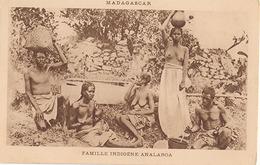 MADAGASCAR - FAMILLE INDIGENE ANALAROA (NU) - Madagascar