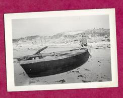 PHOTO 9 X 6,5 Cm Années 1950..ENFANT Sur Une Barque à La Pointe Du CROISIC (44) ...2 Scans - Persone Anonimi