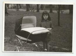 Girl Pose For Photo To A Baby Cart  Zs573-221 - Persone Anonimi