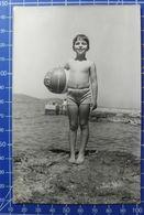 B&W Amateur Photo Boy Beach Vacation Summer - Persone Anonimi