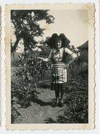Femme Woman 1944 Ww2 39-45 Alsacienne Exil Marie Antoinette Legende Costume Beauty Jardin Garden Alsace - Persone Anonimi
