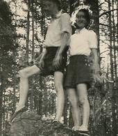 Femme Woman Homme Man Couple Etrange Flou Bougé Surreal Surrealisme ESPADRILLE Contre-jour Backlight Blurry Forêt - Persone Anonimi